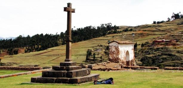 Valle Sagrado - Chinchero - cruz em frente à igreja