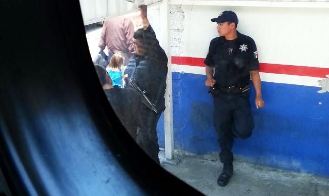 É seguro viajar pelo México - Policiais com armamento pesado numa parada de ônibus