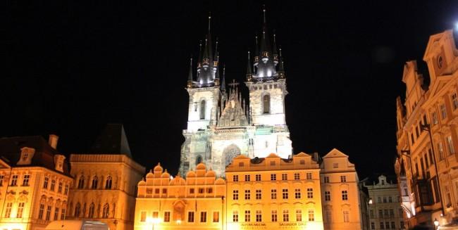 Relógio Astronômico de Praga - Vista noturna da Igreja de Nossa Senhora de Týn