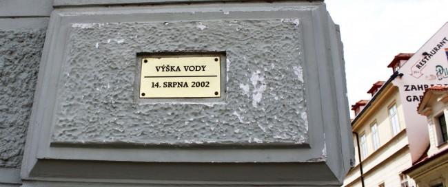 Malá Strana Praga - Placa da altura que a enchente de 2002 atingiu