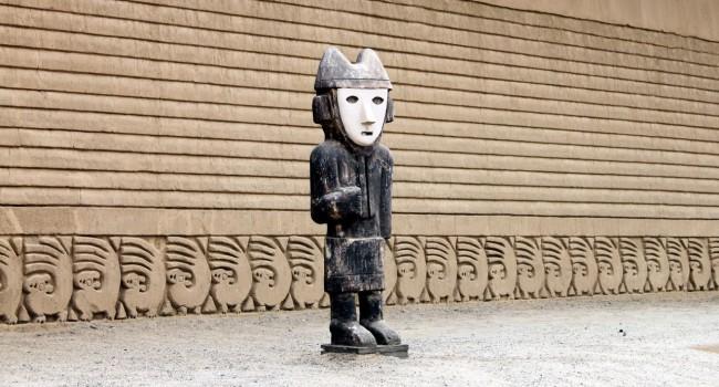 Chan Chan Patrimônio da Unesco - Estátua e esquilos 2