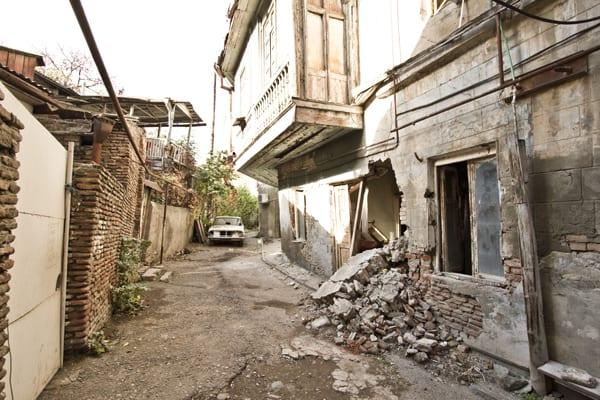 tbilisi cidade velha rua carro quebrado